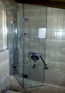 Duschfaltwand auf Badewanne montiert