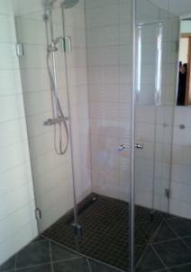 Ganzglas Dusche mit 2 Falttüren, barrierefrei